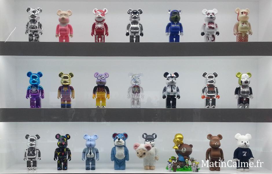 Une vitrine de BearBrick, certains modèles ne sont pas connus de tous