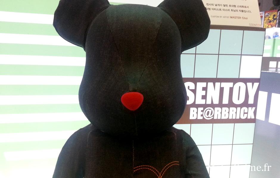 Un Bearbrick en Jean. Son beau nez rouge me fait un effet fou. Encore une référence qui m'échappe.